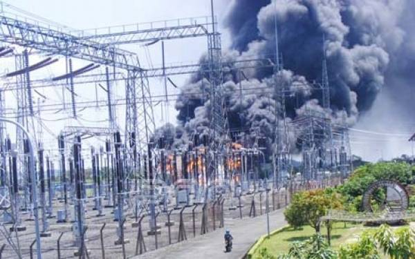Tiga Trafo PLN Terbakar Sekaligus - JPNN.com