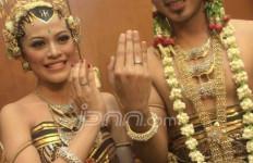 Giring dan Chintya Berbagi Kebahagiaan - JPNN.com