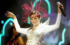 Mulan Jameela Berburu Kostum di Inggris - JPNN.com