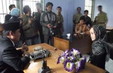 Guru Vini Noviani, Diadili gara-gara Lempar Pasir ke Arah Bos Pengembang Perumahan - JPNN.com