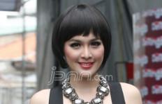 Sandra Dewi, Semangat Jualan Kartu - JPNN.com