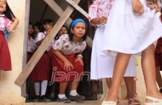 Sekolah Disegel, Siswa Harus Menunduk Masuk Kelas - JPNN.com
