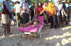 Ombak Pulau Merah di Banyuwangi Nyaris Makan Korban - JPNN.com