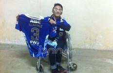 MENYENTUH!!... Pemain Persib Vladimir Vujovic Berikan Jersey Kepada Penyandang Disabilitas - JPNN.com