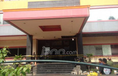Imbas Ledakan di Duren Sawit, Satpam Terluka Kena Pecahan Kaca - JPNN.com