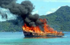 Lihat nih, Besarnya Api yang Melahap Dua Kapal Pengangkut BBM Ini - JPNN.com
