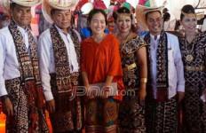 Natal Bersama, Pak Menteri Tampan Ajak Istri yang Cantik - JPNN.com