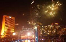Lihat Nih, Pesta Kembang Api Cantik di Bundaran HI - JPNN.com