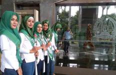 Sampaikan Terima Kasih, Djan Faridz Kirim Puluhan Gadis Cantik ke Kantor Yasonna - JPNN.com