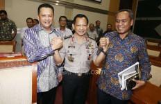 Lihat Nih, Sebelum Diuji, Tito Foto Bareng Pimpinan Komisi III DPR - JPNN.com