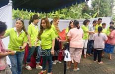 Sambut Lebaran, Jemaat Gereja ini Bagi Sembako Murah - JPNN.com