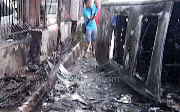 Alphard Terbakar dan Meledak, Begini Jadinya - JPNN.com