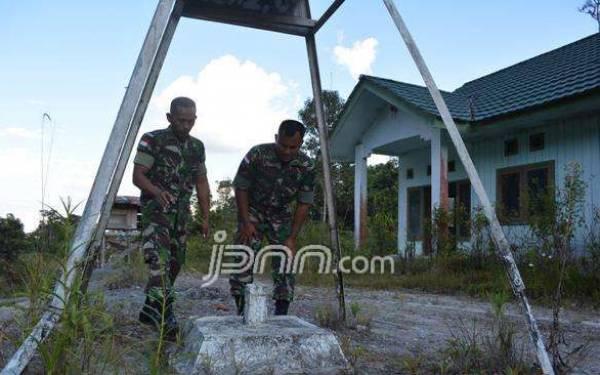 Tugas Ganda Prajurit TNI, Jaga Perbatasan dan Mengajar di Kelas - JPNN.com