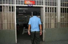 Diputus Pacar, Gorok Leher Sendiri di Kamar Mandi Lapas - JPNN.com