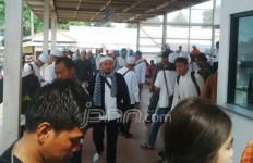 Lihat! Stasiun dan KRL Dipenuhi Massa Pakai Peci dan Baju Muslim - JPNN.com