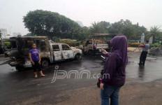 Lihat nih, Dua Bangkai Mobil Polisi Jadi Objek Foto di Monas - JPNN.com