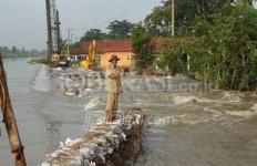 Tanggul Jebol, Ratusan Rumah Terendam, 400 KK Mengungsi - JPNN.com