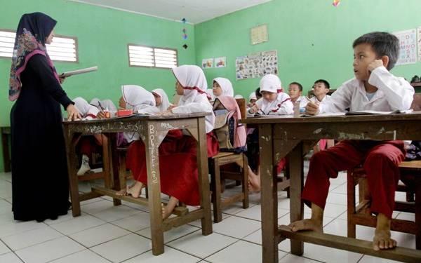 Mulai Bulan Depan Gaji Guru Honorer Naik, Swasta Juga - JPNN.com