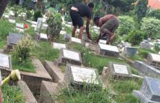 Jelang Ramadan, Peziarah ke Kuburan Makin Ramai - JPNN.com