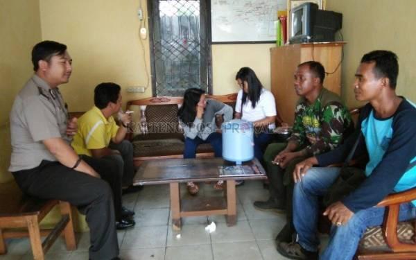 PNS Kumpul Kebo Digerebek Warga, Nih Fotonya - JPNN.com