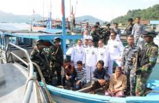 TNI AL Tangkap Dua Kapal Ikan Di Pesisir Selatan - JPNN.com