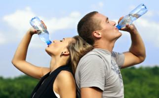 5 Manfaat Minum Air Mineral bagi Kesehatan Tubuh - JPNN.com