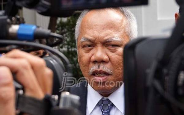 Basuki Hadimuljono Duduk Bersila di Antara Pewarta Foto - JPNN.com