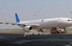 Pesawat Garuda Indonesia Keluar Landasan - JPNN.com