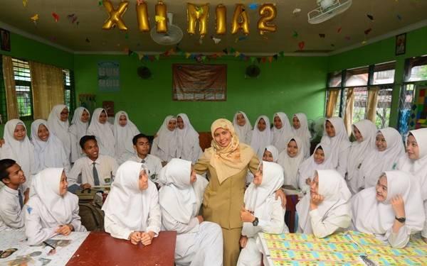 Jokowi Buka Wacana Kewenangan Urusan Guru Ditarik ke Pusat - JPNN.com