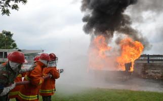 Prajurit Lantamal V Sigap Padamkan Api - JPNN.com
