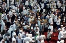 Rela Kehujanan di Halaman Masjid Istiqlal - JPNN.com