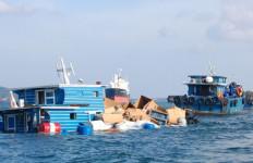 2 Kapal Patroli KSOP Gresik Evakuasi 16 ABK KM Tirta Amarta - JPNN.com