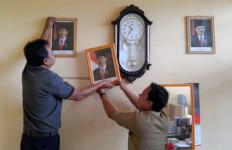 Foto Presiden Jokowi Diturunkan, Diserahkan ke Polisi - JPNN.com