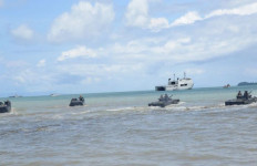 KEREN! Pendaratan Tank Amfibi Saat AKS TNI AL - JPNN.com