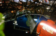 Braak! Baliho Roboh Timpa Taksi di Jalan S Parman - JPNN.com