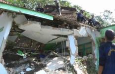 Masjid Tertimbun Longsor, Dua Bocah Terperangkap - JPNN.com