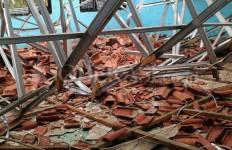 Astaga! Atap Sekolah Ambruk, Timpa Puluhan Siswa - JPNN.com