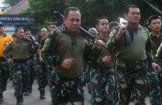 Pangarmabar Lari Bersenjata Bersama Prajurit - JPNN.com