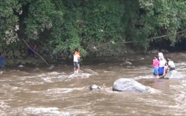 Yah..Selfie di Tengah Sungai Malah Terjebak Arus - JPNN.com