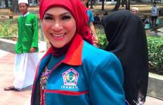 Kunjungi Emak Nyak, Dorce Gamalama Bawa Tabib - JPNN.com