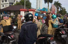 Gubernur Marah, Puluhan Pegawai Dibiarkan di Luar Pagar - JPNN.com