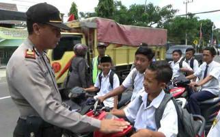 Ckck..Pelajar Bawa Motor Sendiri ke Sekolah, Tanpa Helm Sambil Merokok - JPNN.com