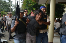 Ngeri! Ratusan Massa Tiba-tiba Serang Kantor Polisi - JPNN.com