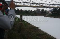 Buih Putih di Kali Bekasi Berasal dari Perusahaan Ini - JPNN.com