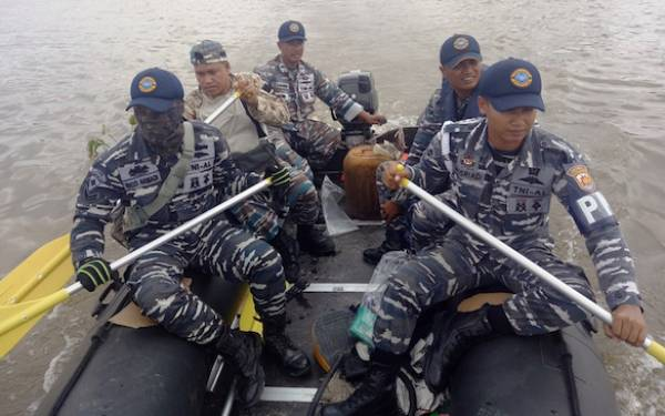 Tim SAR TNI AL Laksanakan Pencarian Orang Tenggelam - JPNN.com