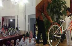 Jokowi juga Bagikan Sepeda kepada Warga Batam - JPNN.com