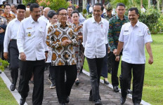 Kunjungi Tapteng, Jokowi Disambut Akbar Tanjung di SMA - JPNN.com