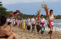 Wisatawan Ikut Khusyuk Nikmati Ritual Melasti - JPNN.com
