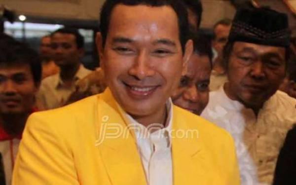 Sejumlah Pria Bertubuh Kekar Menyobek Spanduk Partai Berkarya, Ada Tommy Soeharto - JPNN.com