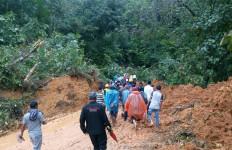KLHK Bantu Masyarakat Terdampak Bencana Banjir dan Tanah Longsor di Desa Harkatjaya - JPNN.com